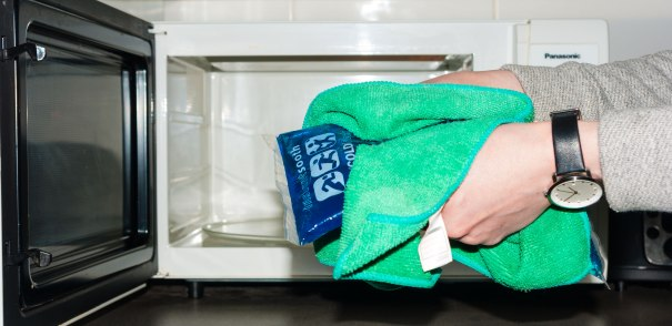 Safely removing a hot gel pack from the microwave
